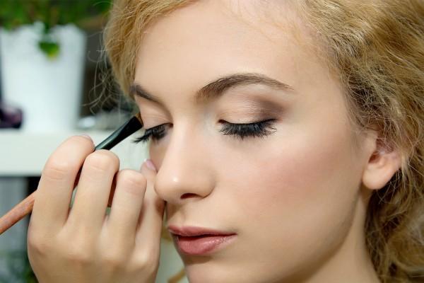 Vrouw wordt geschminkt met gepersonaliseerde avond make-up