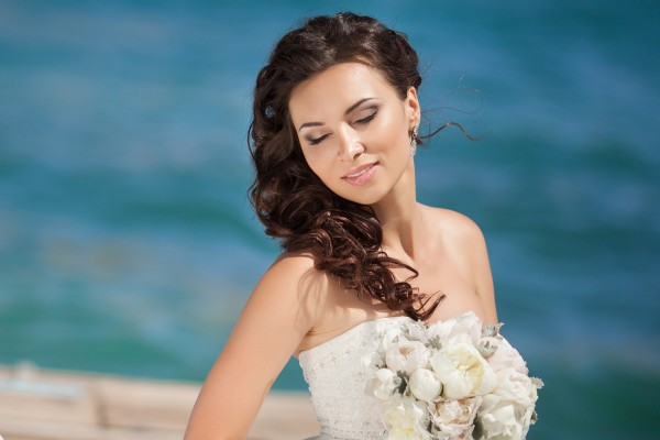 Vrouw in bruidskledij met naturelle bruidsmade-up