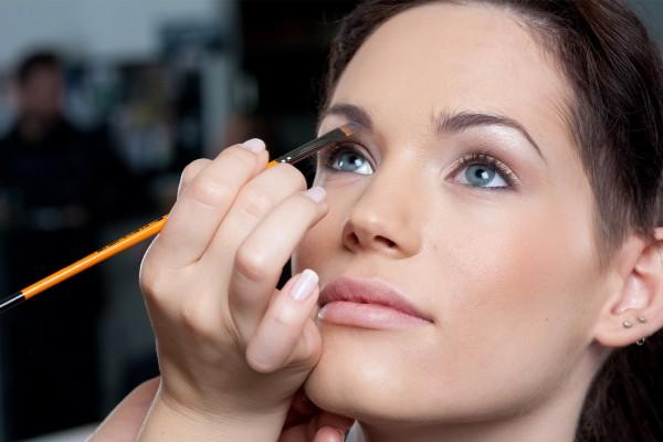 Vrouw wordt geschminkt met gepersonaliseerde dag make-up