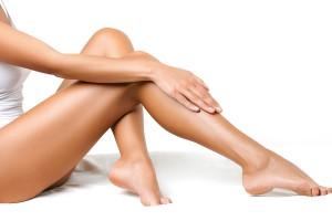 Vrouw met zongebruinde tint toont onthaarde onderbenen