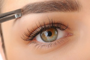 Detail van oog vrouw die wenkbrauwen laat ontharen
