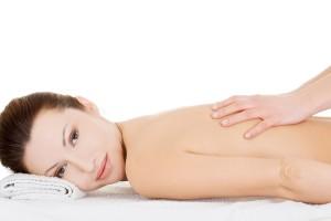 Vrouw geniet van een ontspannende massage