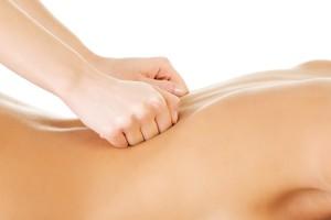 Vrouw krijgt intense rugscrub