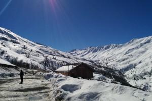 Huis in de bergen met sneeuwlandschap